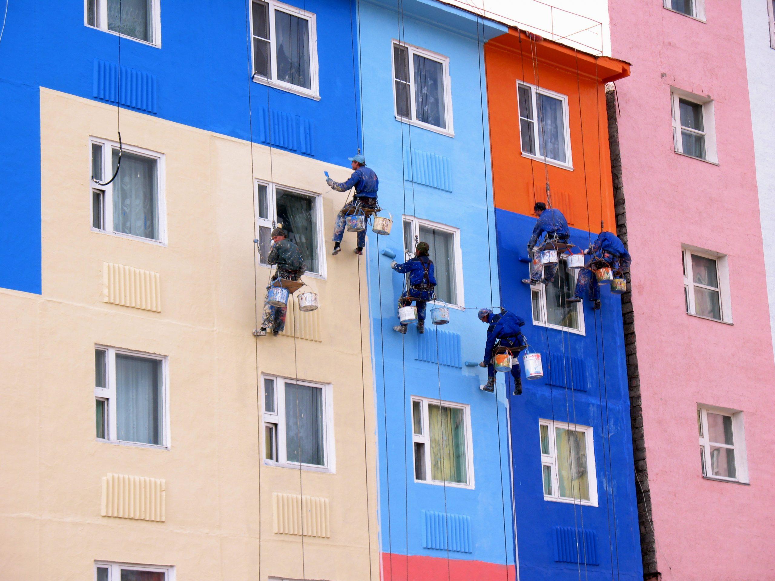 Для производства работ, связанных с изменением цветовых схем фасада, разрабатывается и согласовывает проект.