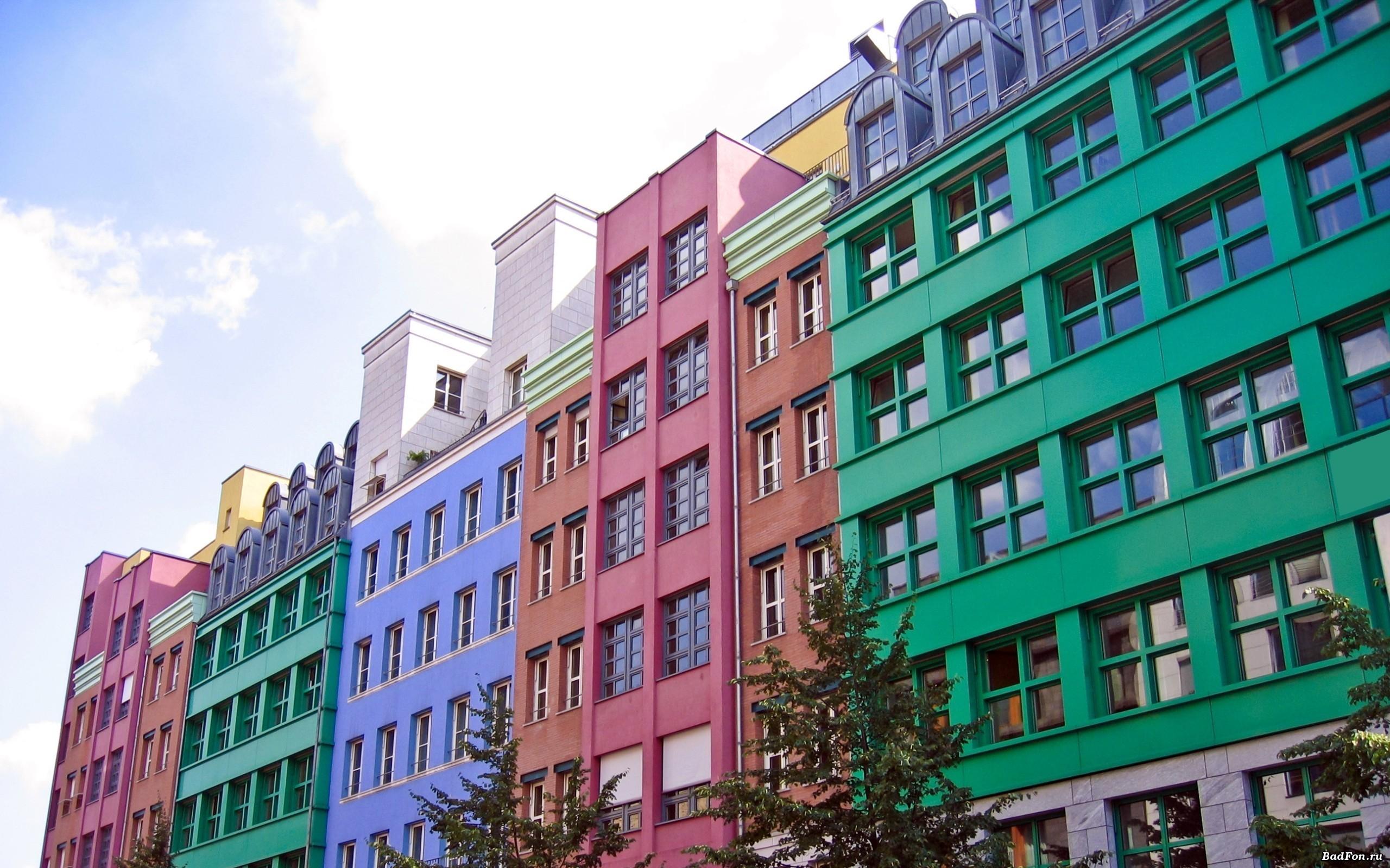 Колористические решения фасадов могут значительно отличаться для разных районов, кварталов и улиц города.