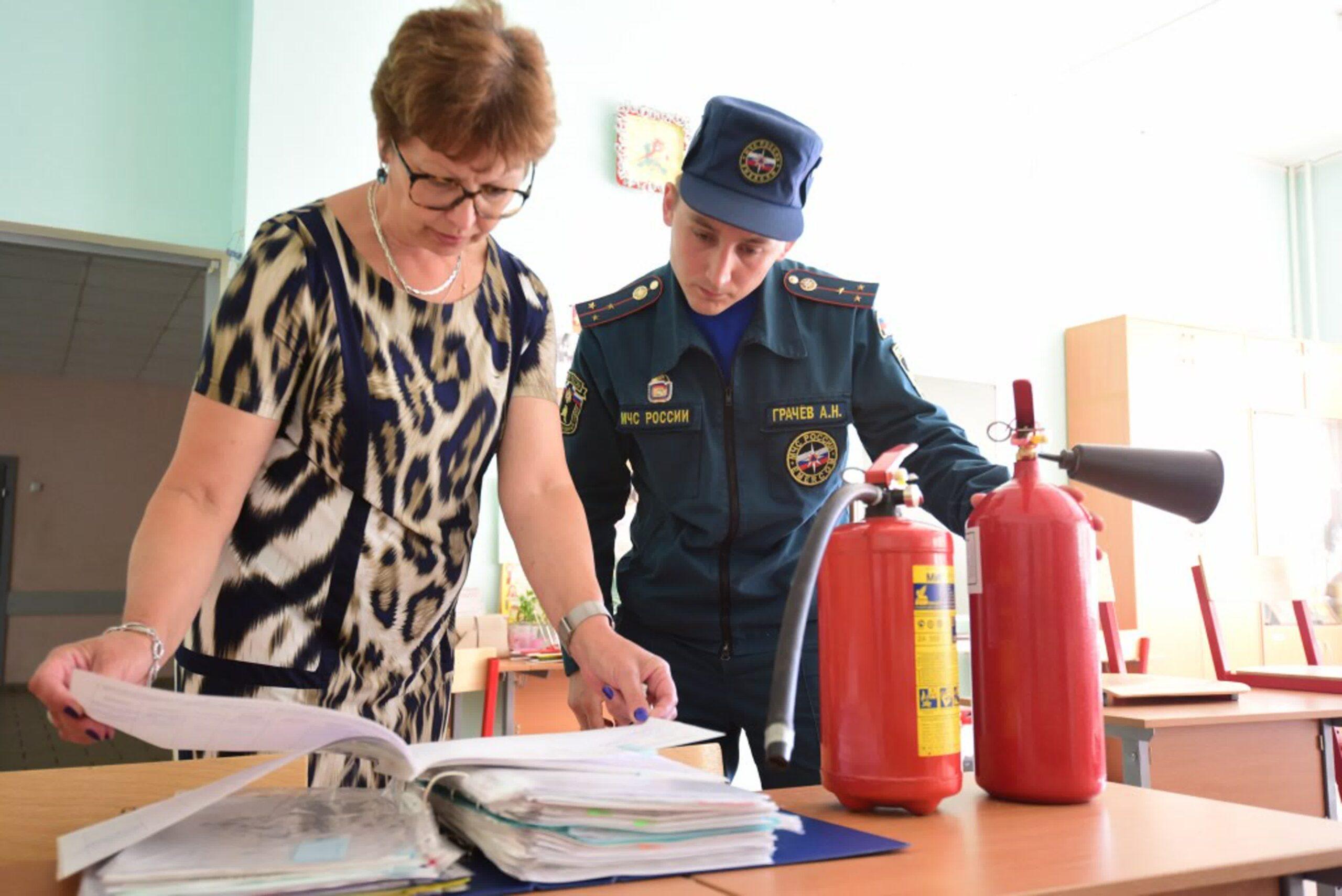 При проверках объектов инспекторы МЧС изучают документы по пожарной безопасности.